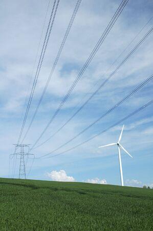 hoogspanningsmasten: een windturbine dicht bij een elektrische pyloon in Frankrijk