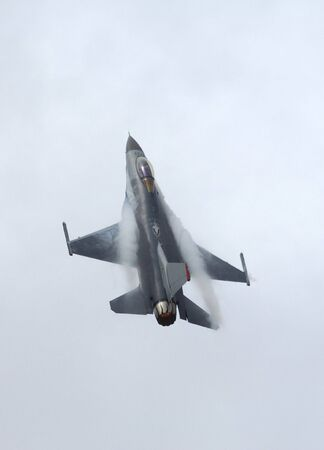 F-16 Falcon Fighter in vertikalen Aufstieg - Arctic Thunder Airshow 2008 - Anchorage - Alaska - USA Lizenzfreie Bilder