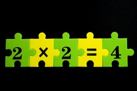multiplicacion: Multiplicaci�n coloridas piezas del rompecabezas con textura