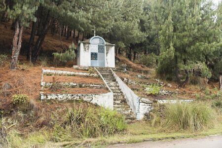 Rural religious grotto on the side of the road, near Lake Tota Banque d'images - 143515851