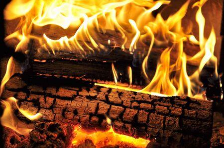 Danse des flammes dans un feu de bois véritable dans un bois poêle.