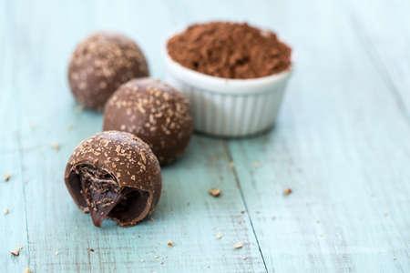powder room: Trufas de chocolate con migas con sala de polvo de cacao para el texto Foto de archivo