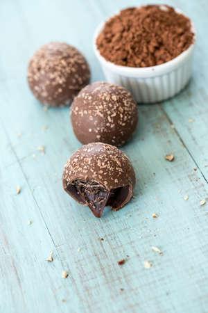 powder room: Trufas de chocolate con migas con sala de polvo de cacao para el texto de arriba