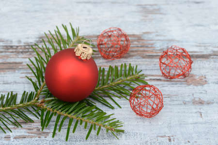 branche pin: No�l rouge babiole et branche de pin couch� sur le bois Banque d'images