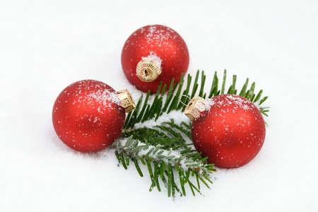 rote: Rote  Weihnachtskugeln im Schnee