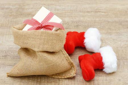 botas de navidad: El presente de Navidad en bolsa y Navidad botas de santa en blanco