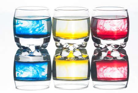 liquid crystal: Tres vasos de cristal l�quido y los colores reflejados aislaron el fondo