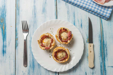 queso rayado: Quail eggs and bacon muffins grated cheese Foto de archivo