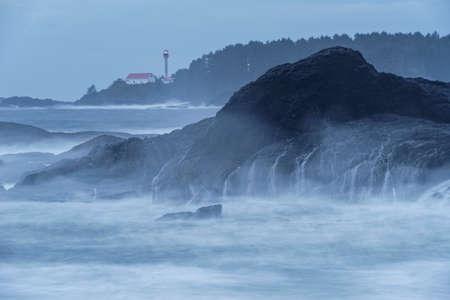 Phare de l'île Lennard près de Tofino en Colombie-Britannique, Canada