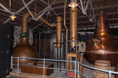copper: Lavar quieto y espíritu aún ollas para crear el whisky en Old Jameson Distillery en Dublín