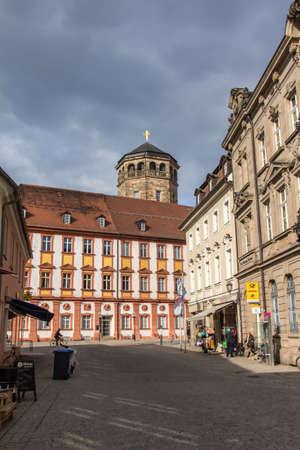 octogonal: El campanario octogonal construido en 1656 en Bayreuth, ubicado y cerca del antiguo castillo La torre que diseñó por Caspar Fischer y es comúnmente conocida como la