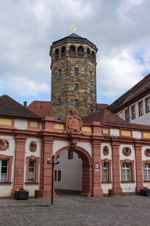 octagonal: El campanario octogonal construido en 1656 en Bayreuth, ubicado y cerca del antiguo castillo La torre que diseñó por Caspar Fischer y es comúnmente conocida como la