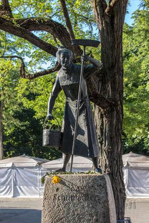 ida: Statue of Ida Schumacher at the Viktualienmarkt in Munich, a typical farmers market