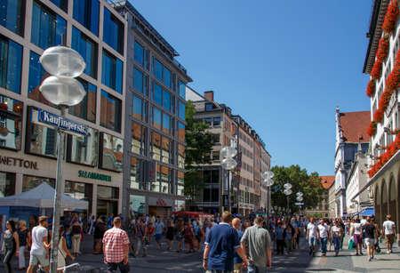 De winkelstraat Kaufinger bevindt zich in de binnenstad van München, tussen Marienplatz en Karlsplatz (Stachus), ongeïdentificeerd eopel dat langs de winkeltjes loopt