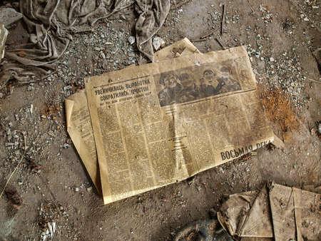oude krant: Oude krant in de spookstad Pripyat in de Vervreemdingszone die werd opgericht na de nucleaire ramp in 1986 Stockfoto