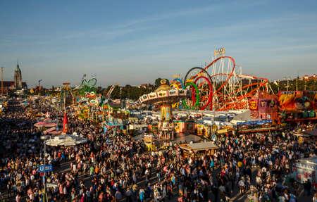 Monaco di Baviera, Germania - 24 settembre 2016: Veduta aerea sull'Oktoberfest di Theresienwiese a Monaco di Baviera Archivio Fotografico - 83199799