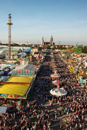 caida libre: Munich, Alemania - 24 de septiembre de 2016: Vista aérea de la Oktoberfest en Theresienwiese en Munich Editorial