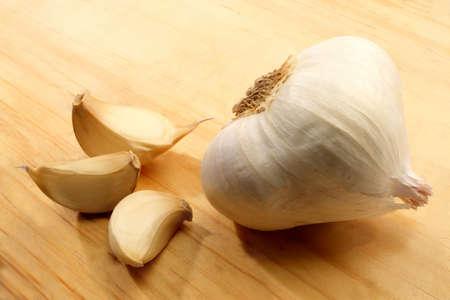 alliaceae: Garlic displayed on a wooden cutting board.