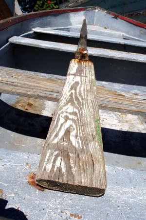 Oude rij boot met een versleten roeispaan.