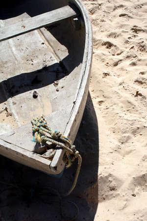 Oude rij boot op een strand. Stockfoto