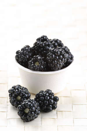 Fresh picked organic blackberries in a recyclable bowl. 版權商用圖片