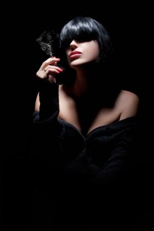 cigarro: Retrato de una mujer joven de fumar