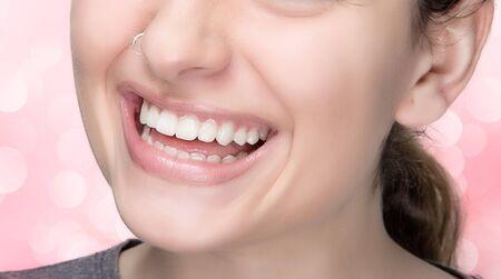 boca sana: Retrato macro de la mujer sonriente joven con la boca sana, piercing y maquillaje natural