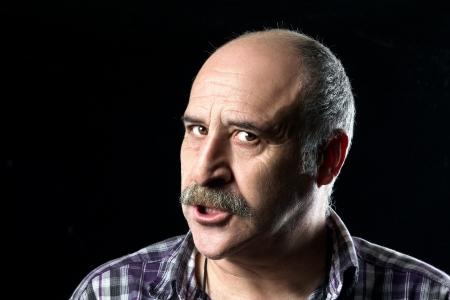 molesto: Retrato de hombre calvo enojado con un gran bigote expresar la ira