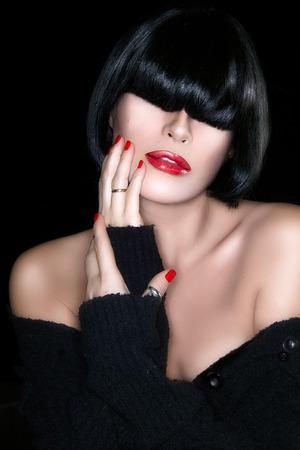 černé vlasy: Krásná dívka s černými vlasy zdravé Smyslné červené rty Reklamní fotografie