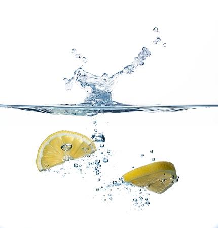 レモンの健康な水。水しぶき