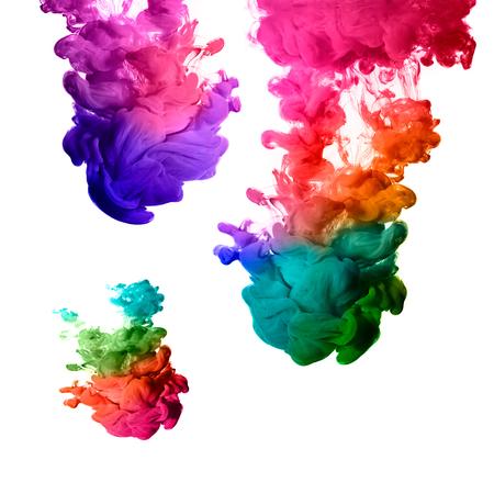 Encre dans l'eau isolé sur blanc arc de couleurs