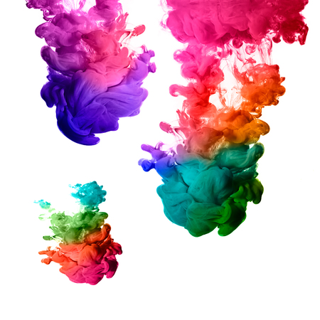 ondas de agua: Tinta en agua aislado en blanco Arco iris de colores Foto de archivo