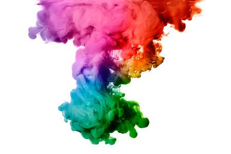 Inkt in het water geïsoleerd op een witte regenboog van kleuren