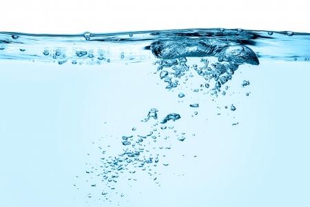 青い水の中の酸素気泡のクローズ アップ 写真素材