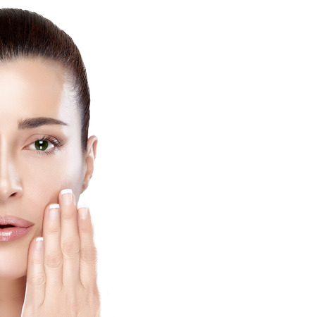 piel humana: Mujer hermosa del balneario con la mano en la cara. Piel perfecta. Concepto de Skincare. Mujer media cara retrato aislado en blanco Foto de archivo