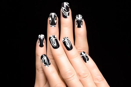 unas largas: Primer plano de manos de la mujer con diseño de uñas de arte. Pegatinas de uñas de impresión de la moda. Manicura y Uñas tatuaje Foto de archivo