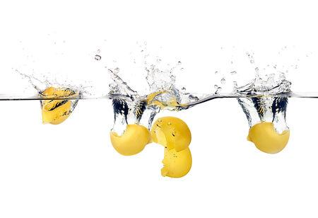 durum: Lumaconi tombant sur les �claboussures d'eau. p�tes de bl� dur. Cuisine notion. Gros plan image isol�e sur fond blanc Banque d'images
