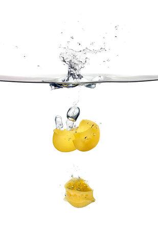 durum: Lumaconi tombant sur les �claboussures d'eau. P�tes de bl� dur. Cuisine concept. Image Gros plan isol� sur fond blanc