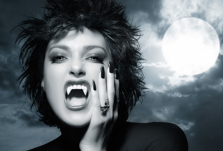 wilkołak: Piękna gotycka dziewczyna. Kobieta wilkołakiem krzyczeć. Koncepcja Halloween monochromatyczny Zdjęcie Seryjne