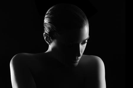 Schönheitspflege. Spa Frau. Monochrome Portrait in Low Key.