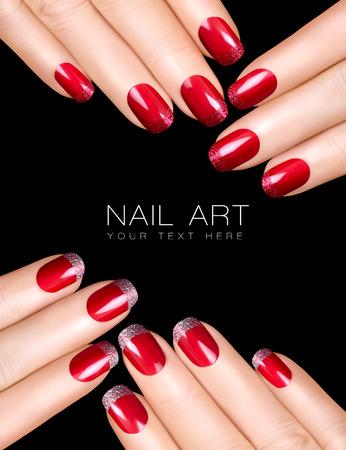 Ferien Nail Art. Luxus-Nagellack mit Glitzer Französisch Maniküre. Maniküre und Make-up-Konzept. Nahaufnahme Hände isoliert auf schwarz mit Beispieltext