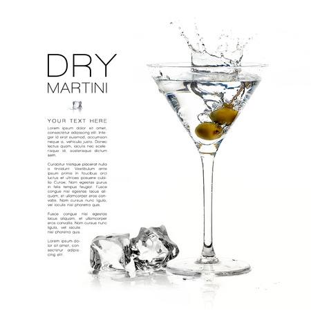 Cocktail martini secco isolato su sfondo bianco. Splash. Modello di disegno con testo di esempio