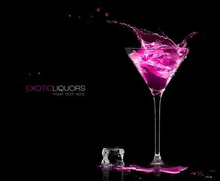 rosa: Stemmed Cocktail-Glas mit Erdbeer-Likör spritzt aus, close-up, isoliert auf schwarz