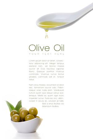 Gezonde olijfolie druipend van een witte keramische lepel op een voorbeeldtekst met olijf zaden op witte kom in de linkerbenedenhoek. Sjabloon desing op wit wordt geïsoleerd