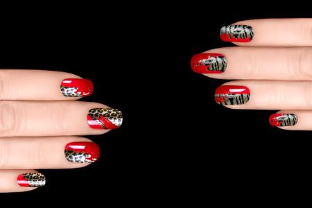 esmalte de uas de moda con pegatinas animal print manicura profesional con uas y tatuaje