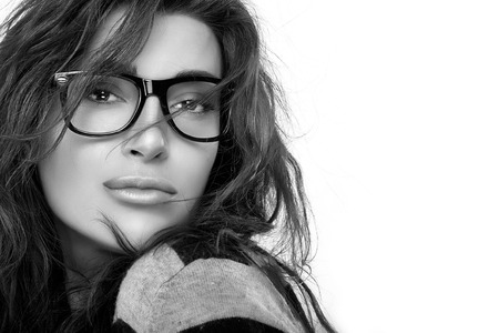 gafas: Preciosa ni�a morena modelo de moda con el peinado casual con gafas de moda. Fresco retrato de gafas de moda. Primer plano en blanco y negro con copia espacio para el texto