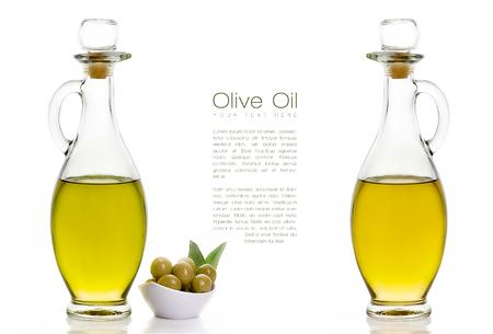 Hay dos tipos de aceite de oliva en botellas de vidrio con dos semillas de oliva en tazón de fuente blanco en el lado izquierdo. Aislado en el fondo blanco. Plantilla de diseño con texto de ejemplo en el Centro Foto de archivo - 37371203