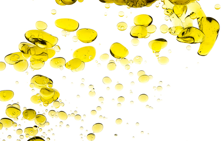 オリーブ オイルを削除します。黄金色のオイルは、水で中断を浮動の塊の抽象的なイメージ。クローズ アップ泡白で隔離 写真素材