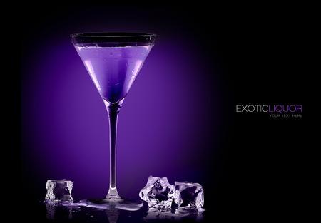 ブラックベリー酒とアイス キューブ テーブルのクローズ アップ ブラックに分離された上でカクテル グラスを生じた。サンプル テキスト付きのテ 写真素材