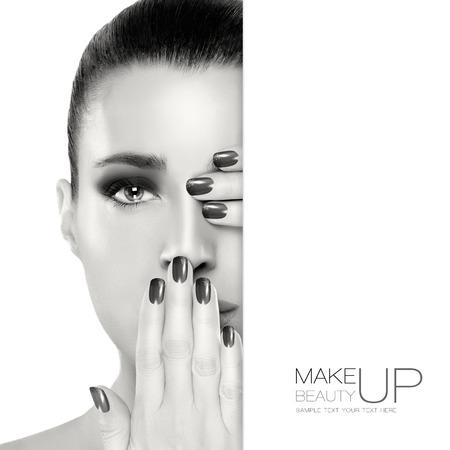 유행: 한 눈과 입을 다루는 그녀의 얼굴에 손으로 아름 다운 젊은 여자. 완벽 한 피부. 네일 아트 및 메이크업 개념. 흑백 초상화 화이트에 격리입니다. 샘플